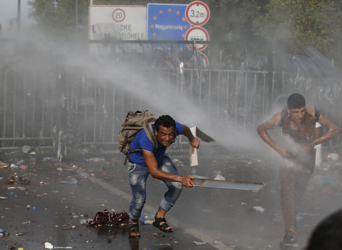 Hungarian riot police migrants Serbia