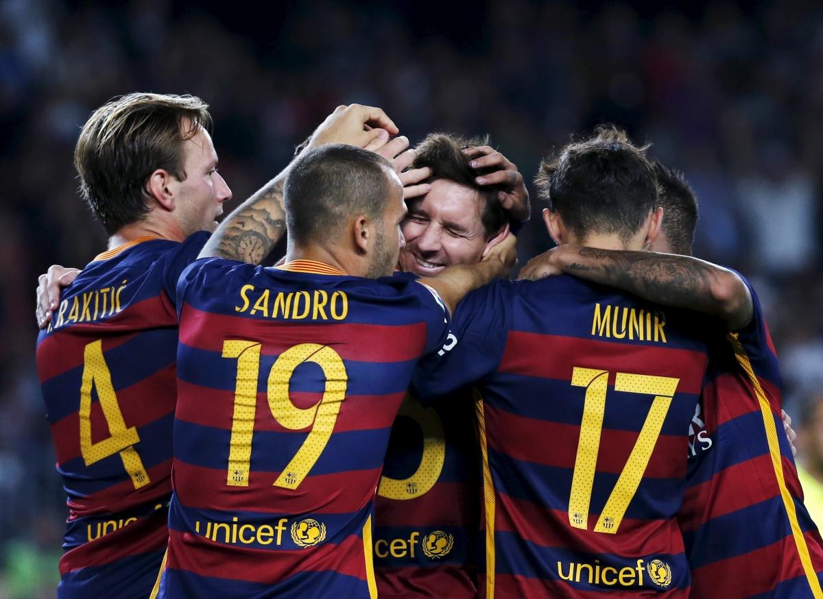 Lionel Messi (centre)