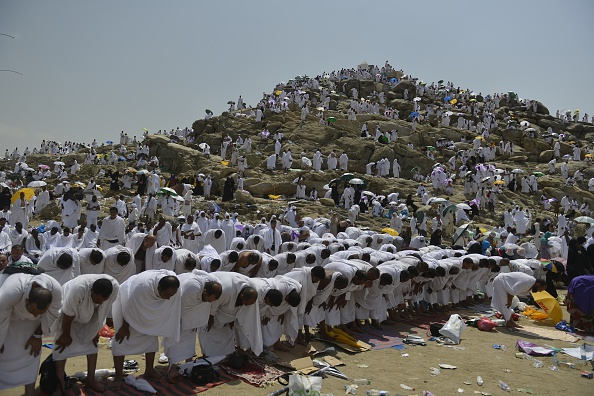 Hajj 2015 pilgrims throng mount arafat in makkah for Mercy mount