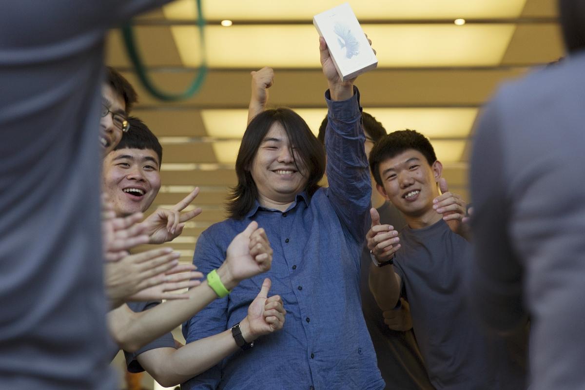 iPhone 6s queue buyer