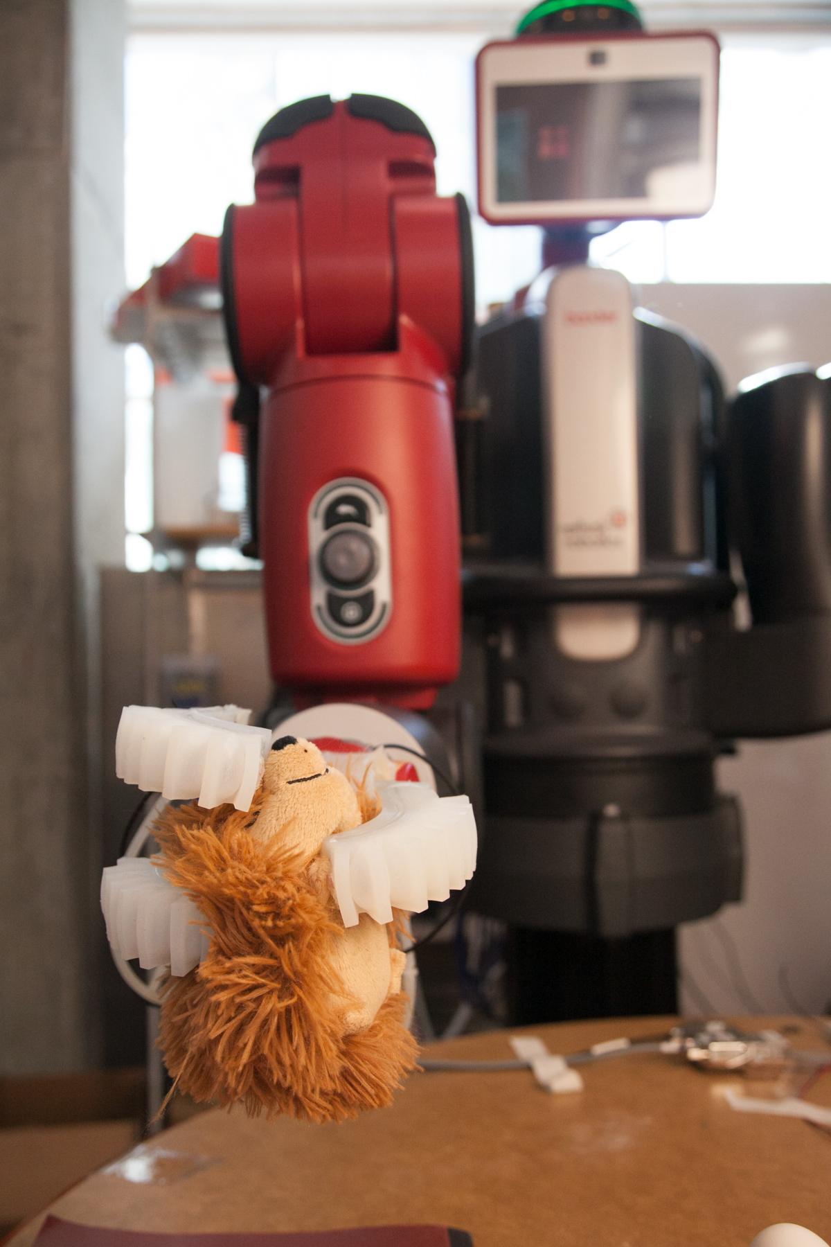 MIT robotic hand picks up Beanie Baby