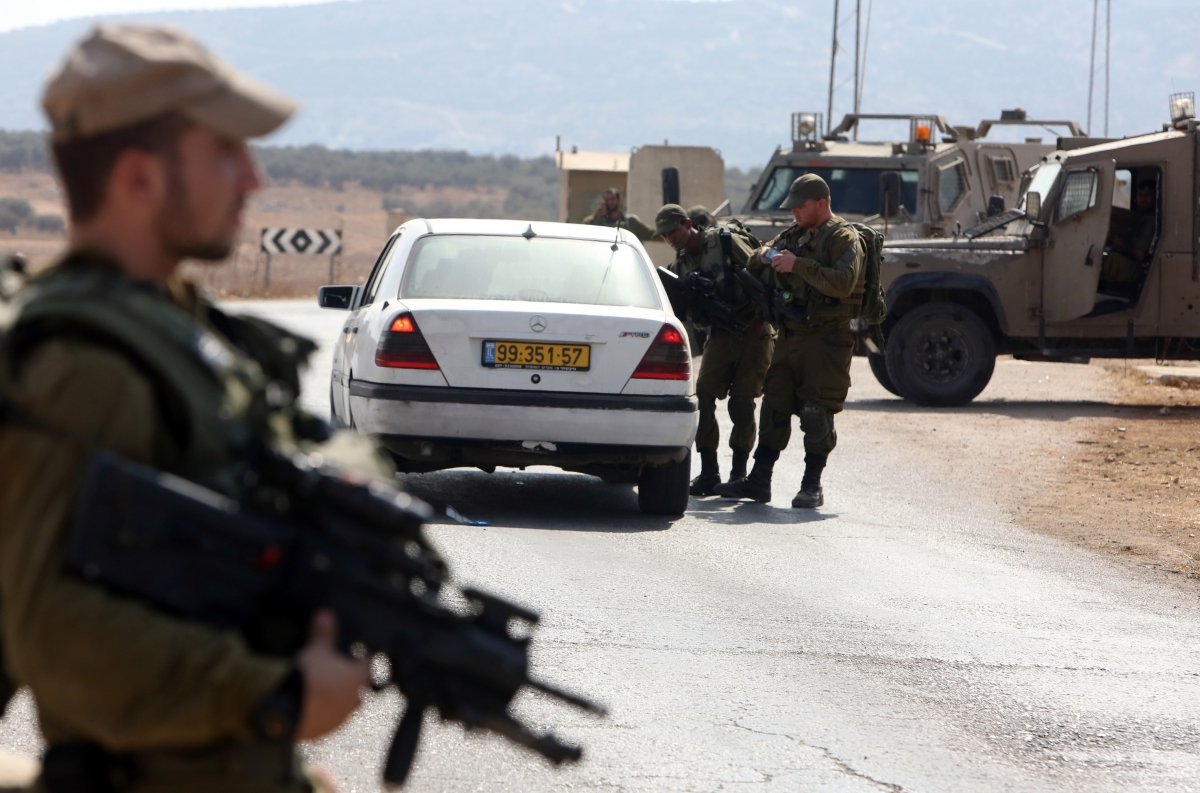 Israeli soldiers palestinian car checkpoint