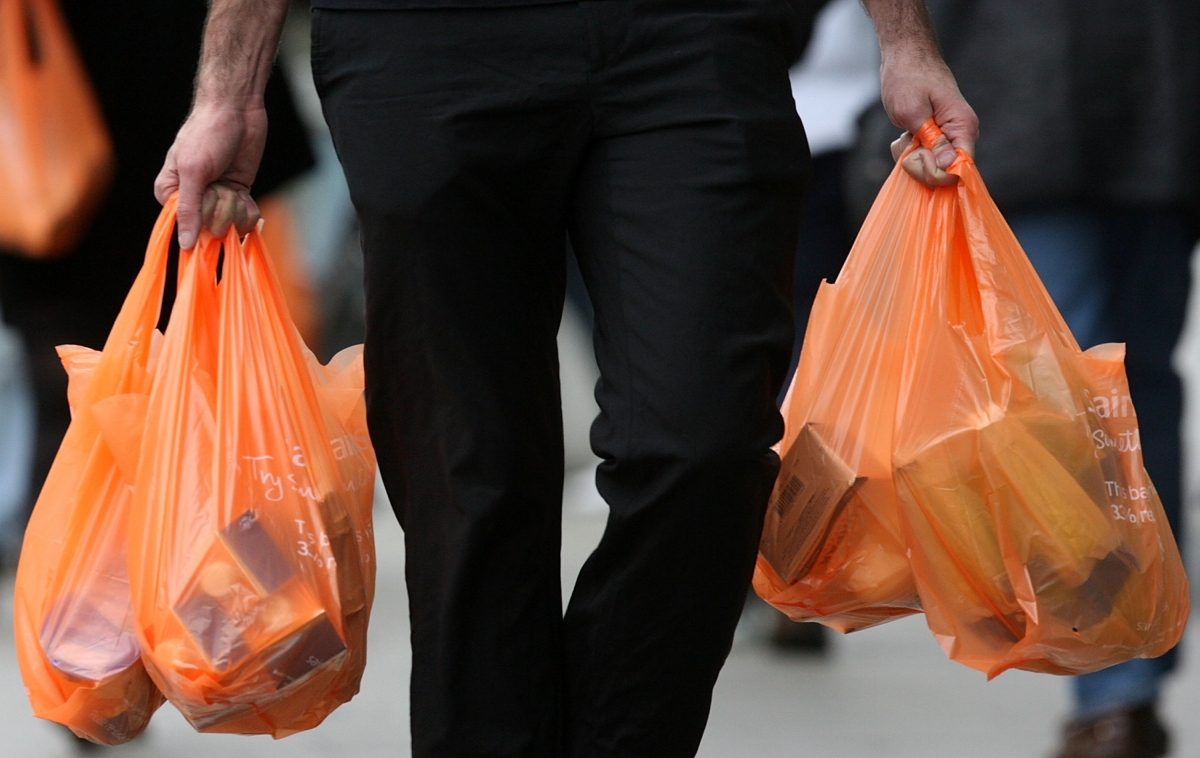 Plastic bags usage in the UK declinesby6billionsincetheintroductionofa5pcharge
