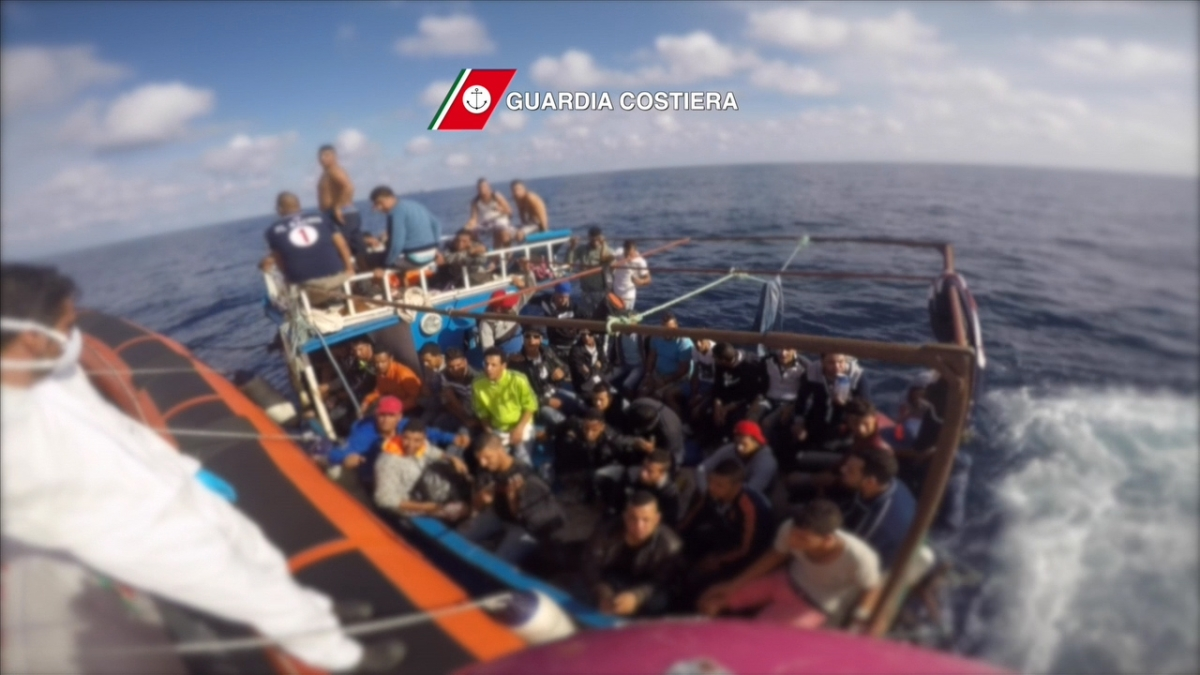 Coast guard resuce migrants