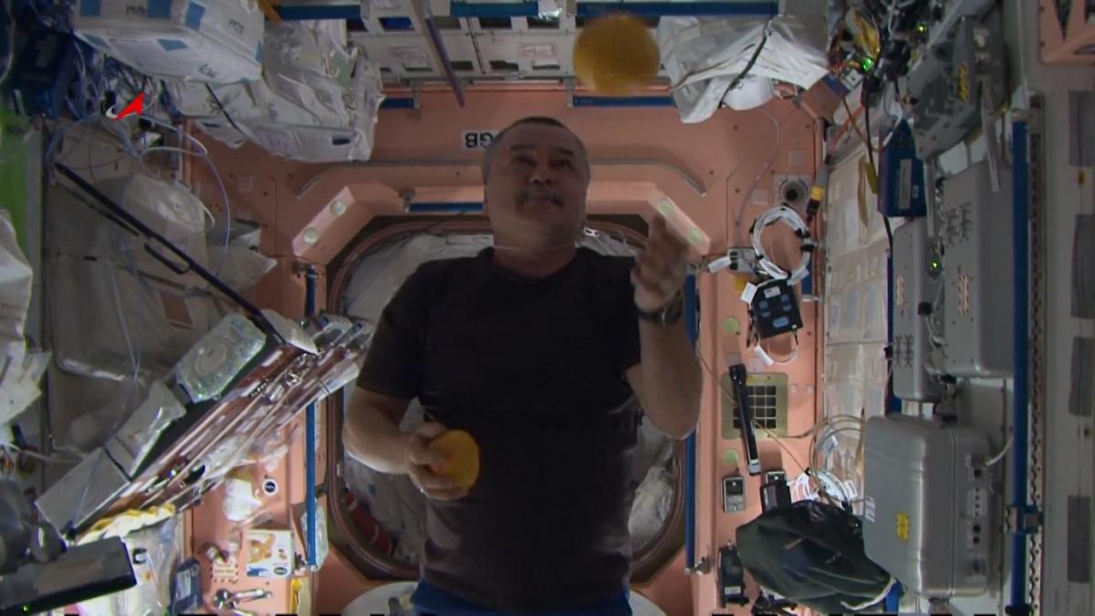 Juggle oranges in space
