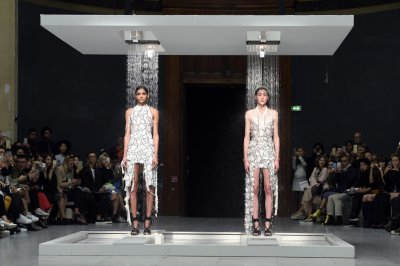 Hussein Chalayan SS16 dissolving dresses finale
