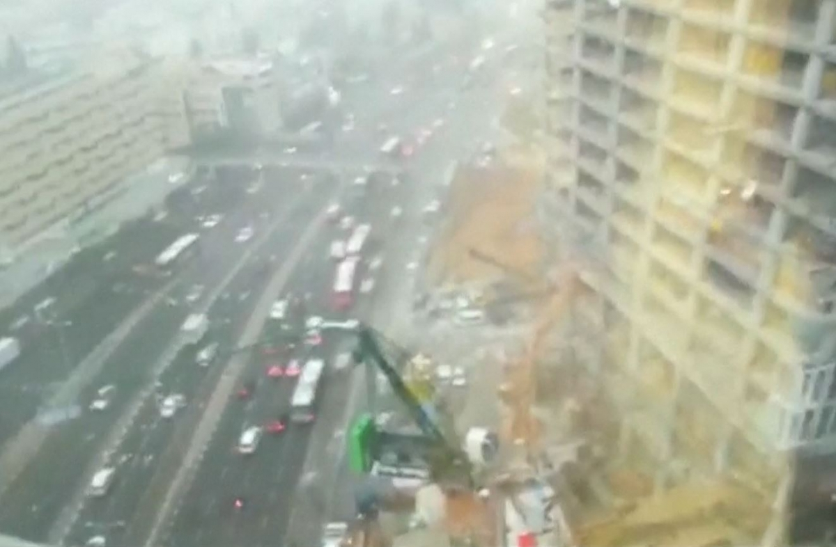 Israel: Winds blow crane onto busy motorway