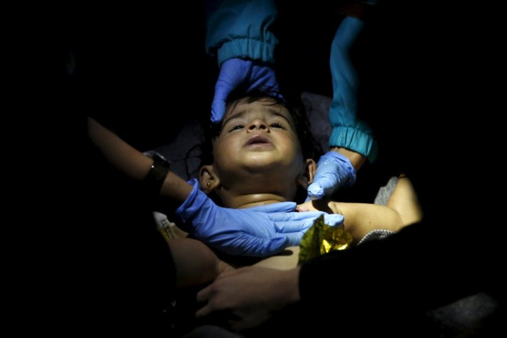 Lesbos: medics work to save a child