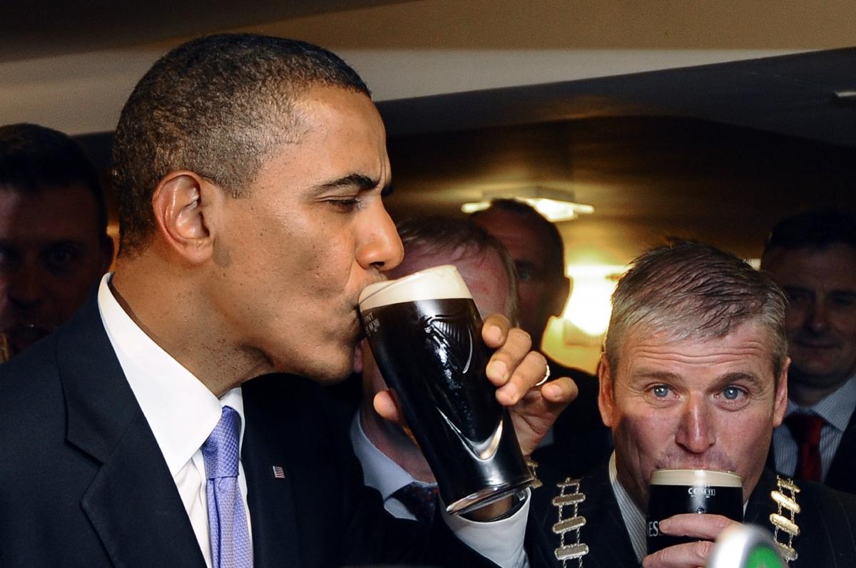 Obama drinks guinness