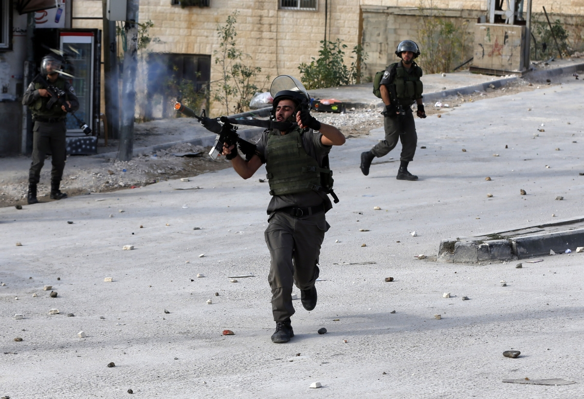 Israeli borderguard fires terargas canister