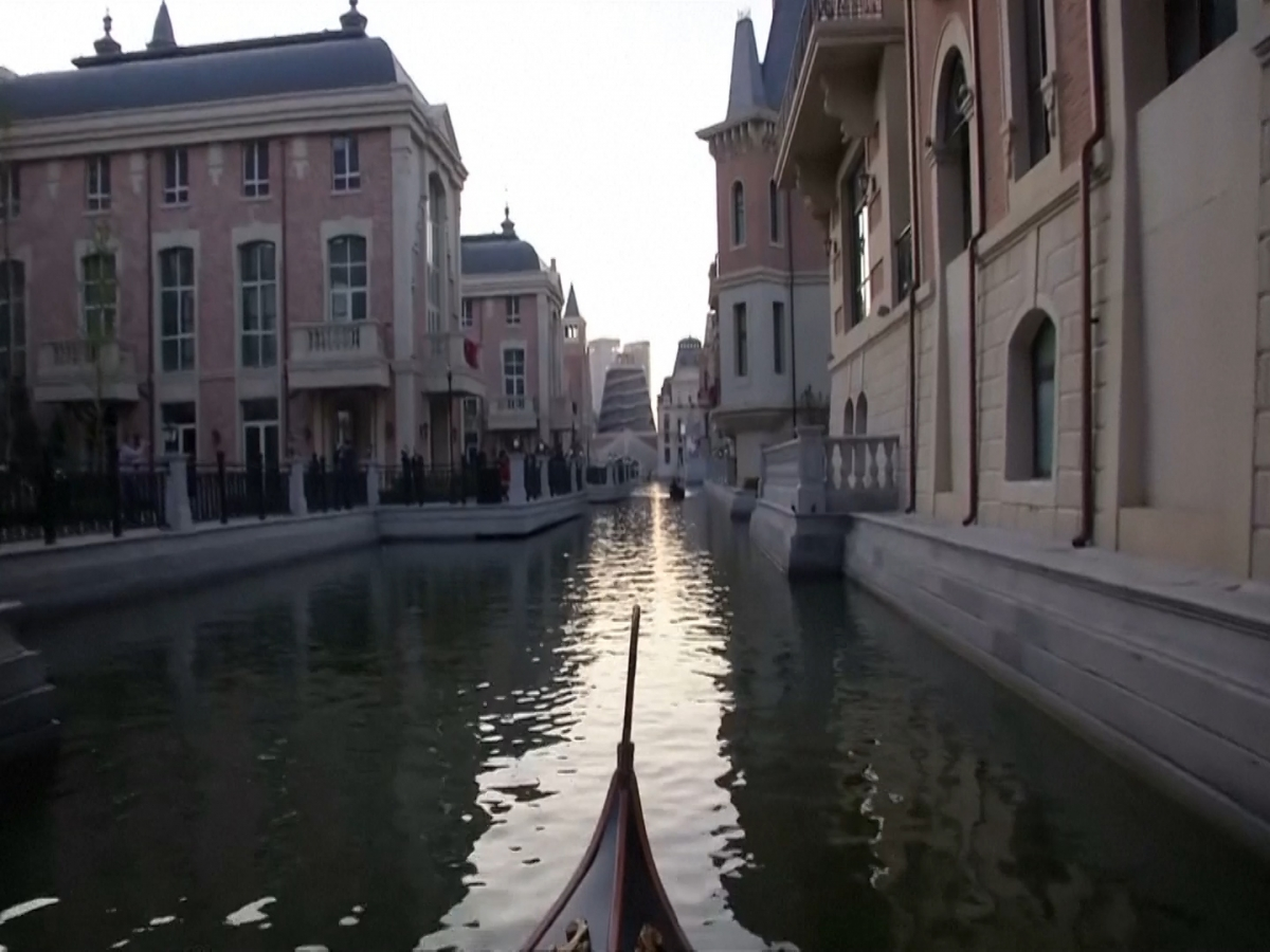 A fake Venitian canal in China
