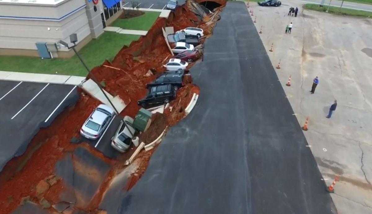 Huge sink hole swallows cars
