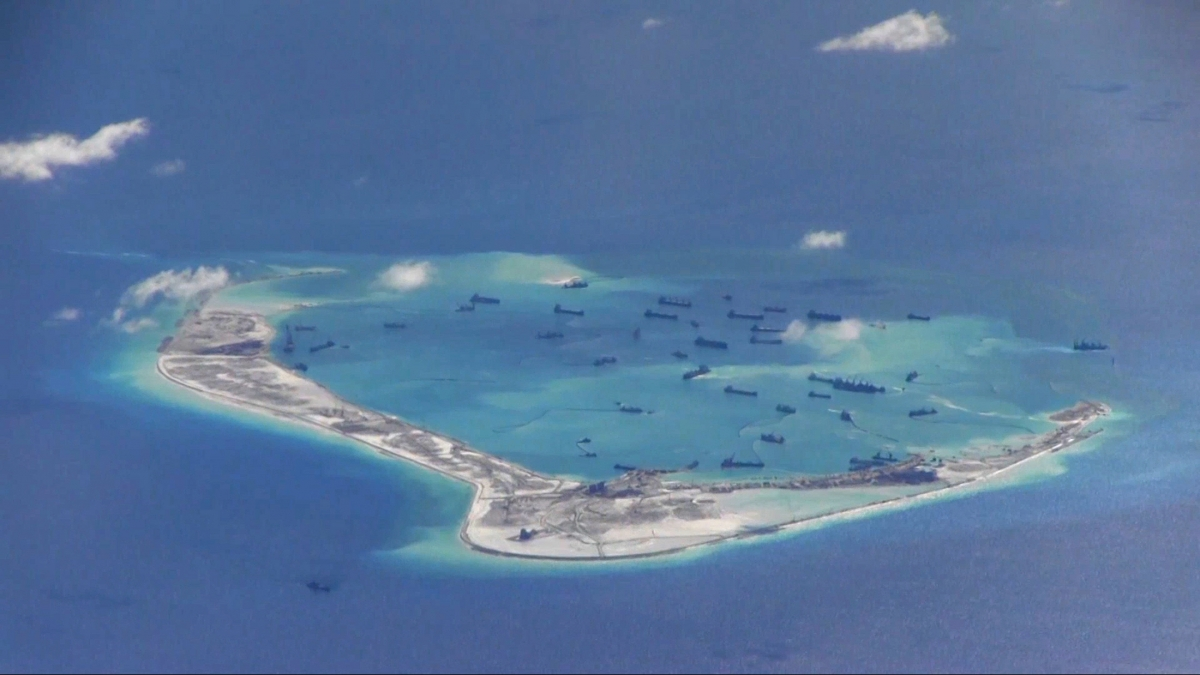 Chinese dredging vessels, Mischief Reef