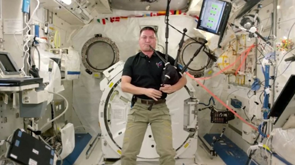 Astronaut plays bagpipes in space