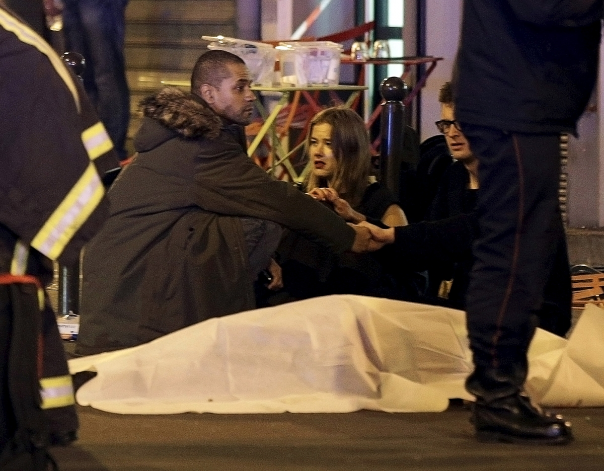 Paris Attacks:Barring few companies like American Airlines, travel groups continue services to Paris