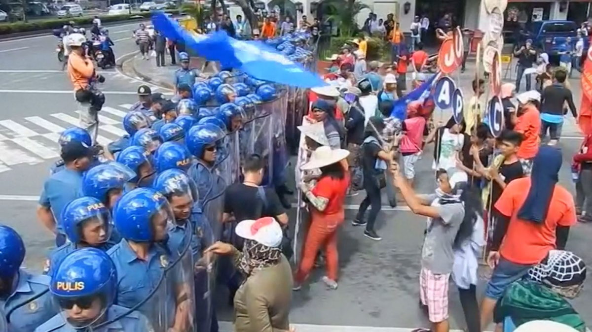 Protesters and police clash in Manila