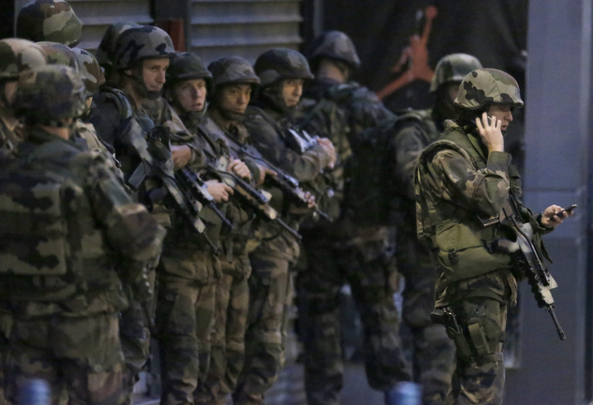 French soldiers secure area in Saint-Denis