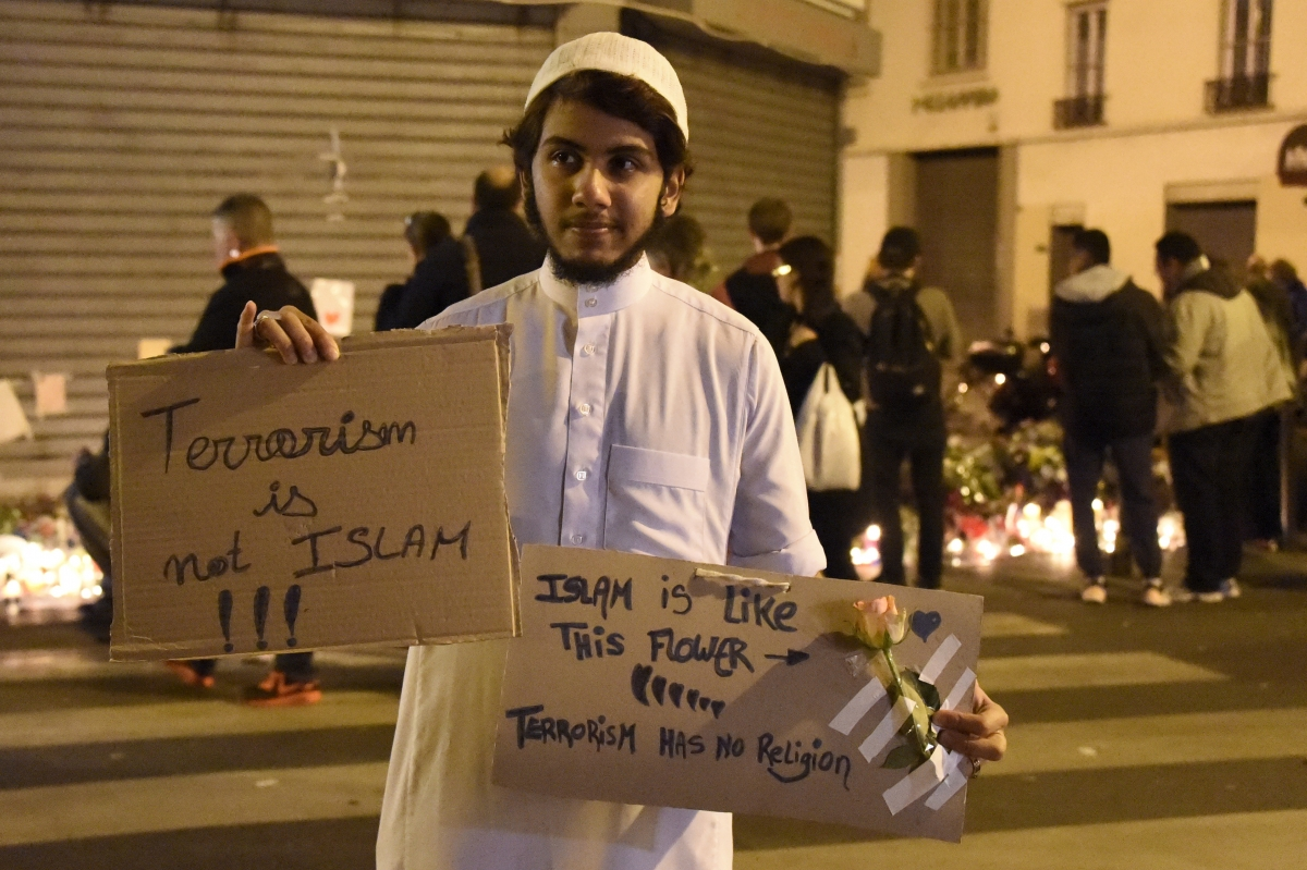 Muslim man shows solidarity with Paris victims