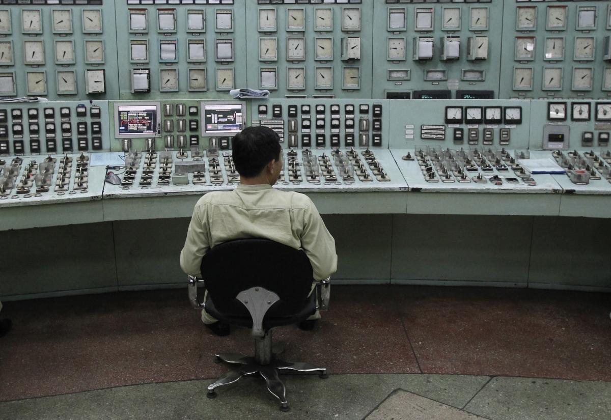 vietnam power plant worker