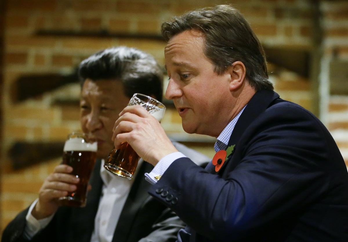 David Cameron enjoys a pint with President Xi Jinping