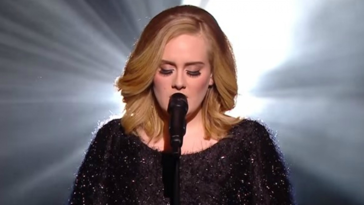 Adele\'s 25 smashes weekly album sales record with 800,000 units shifted