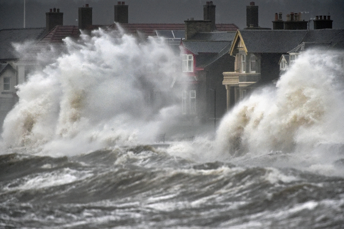 UK weather: Heavy rains and 70mph winds to batter country ...   1200 x 799 jpeg 756kB
