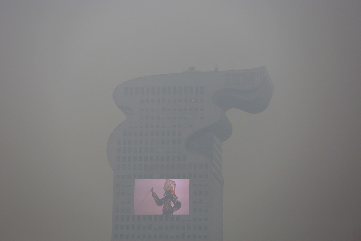 China builds world's largest air purifier to battle smog