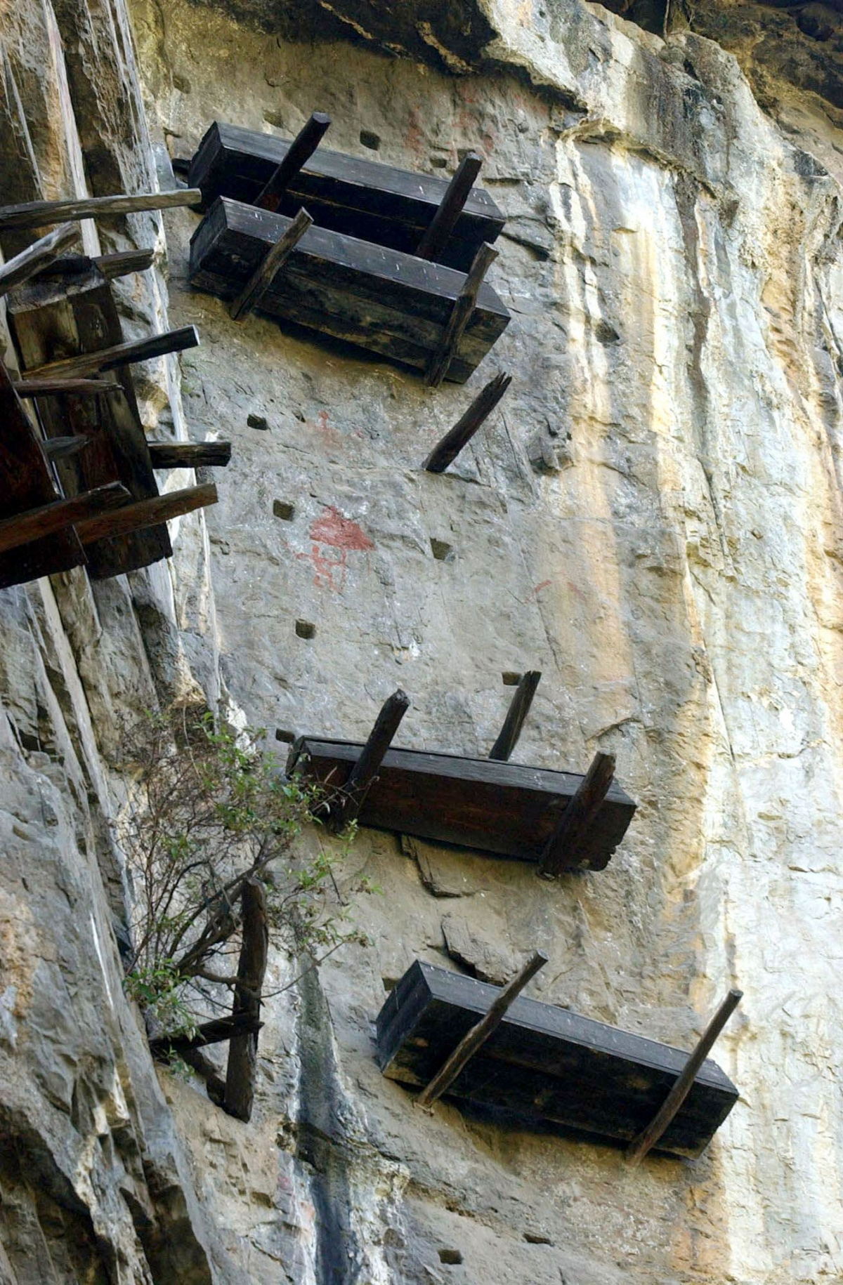 China hanging coffins