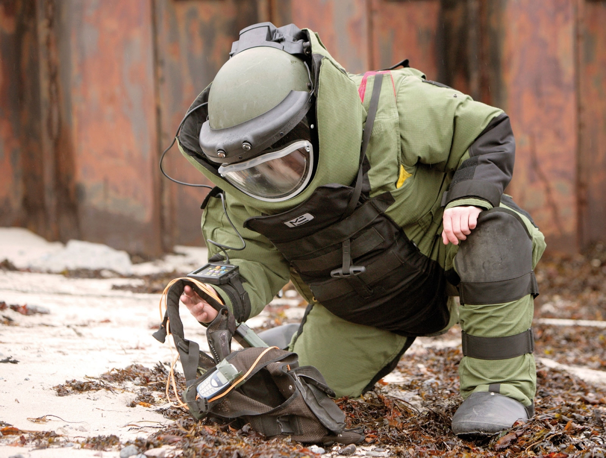 How bomb disposal experts currently detect bombs