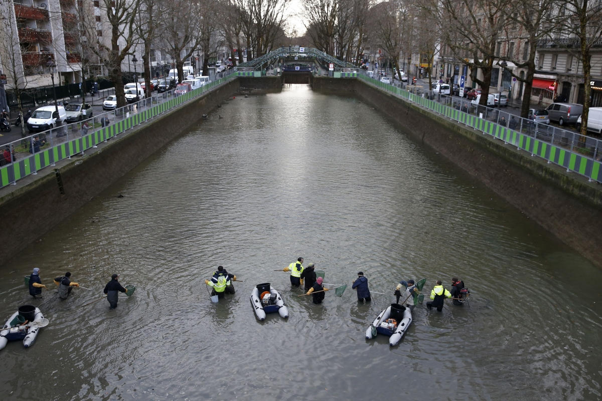 paris canal saint martin clean up in pictures as bikes chairs and trolleys emerge from sludge. Black Bedroom Furniture Sets. Home Design Ideas