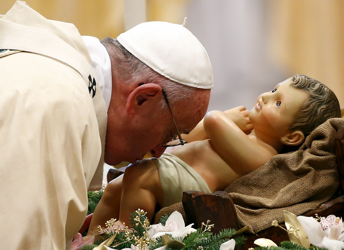 pope francis kissing baby jesus