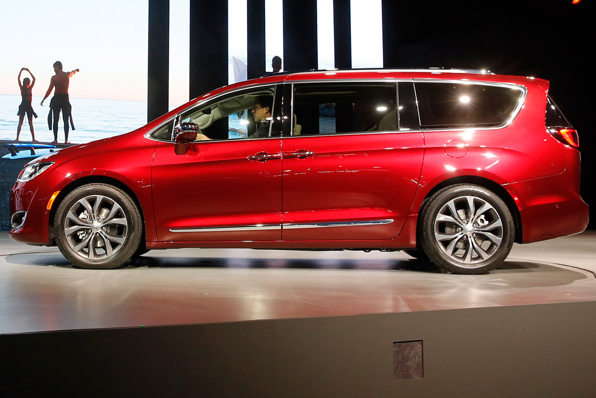 fiat chrysler and auto safety group row over minivan recall. Black Bedroom Furniture Sets. Home Design Ideas