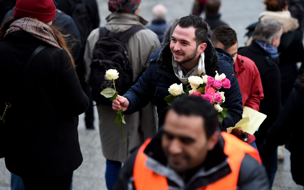 Refugee hands out flowers in Cologne