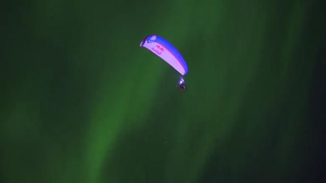 Horacio Llorens paraglides