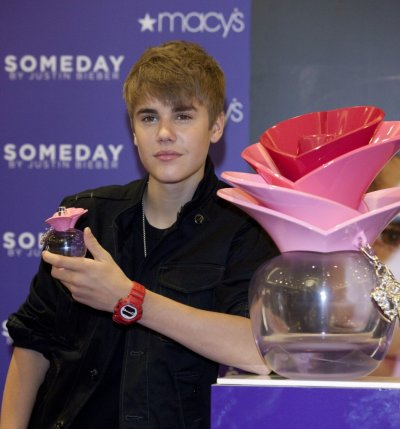 Bieber poses with his new fragrance quotsomedayquot during its launch in New York