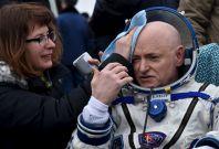Scott Kelly lands on Earth