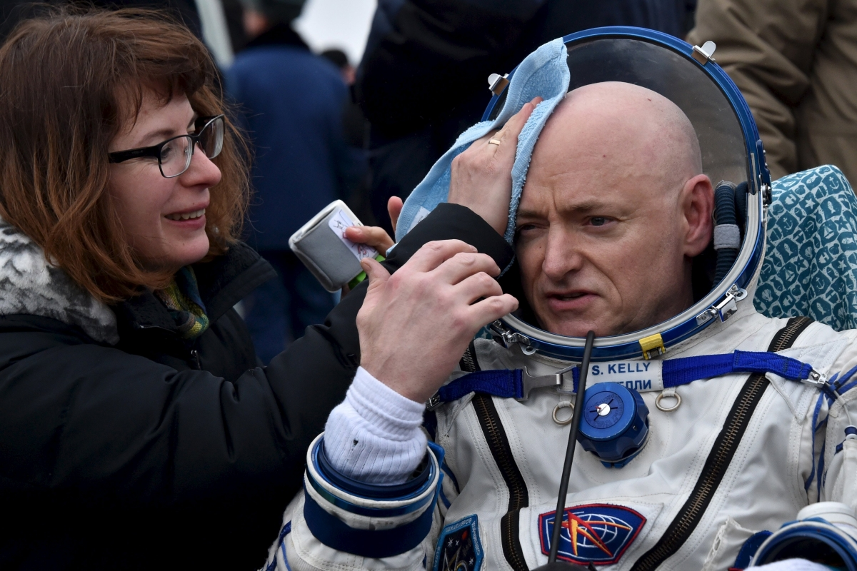Scott Kelly lands on Earth