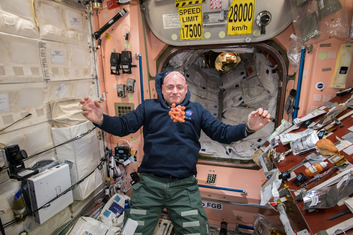 do astronauts in the space station experience gravity - photo #17