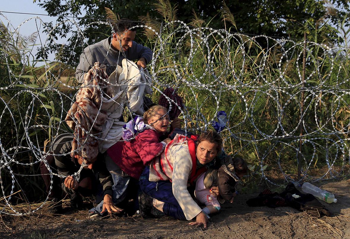 Refugee crisis photos: Razor wire border fences spell end of free ...
