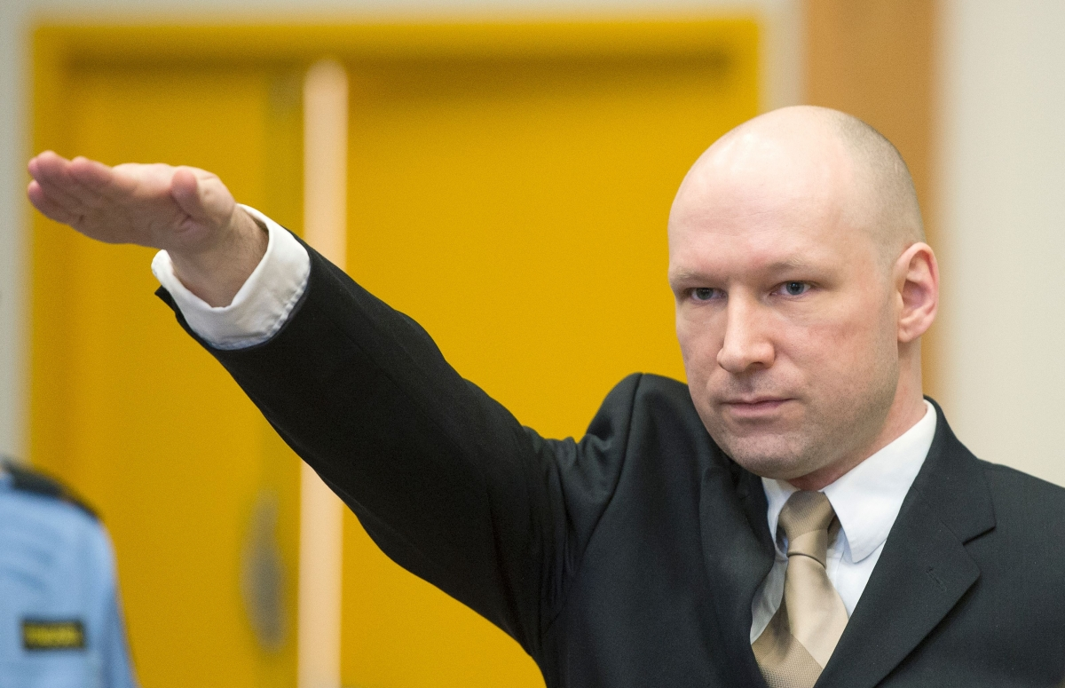 Breivik raises his arm in a Nazisalute
