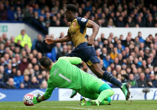 Welbeck rounds Robles to score
