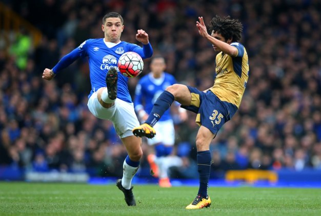 Mohamed Elneny tries to win the ball