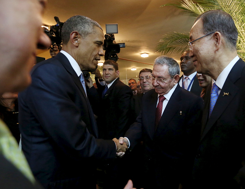 Barack Obama and Raul Castro shake hands