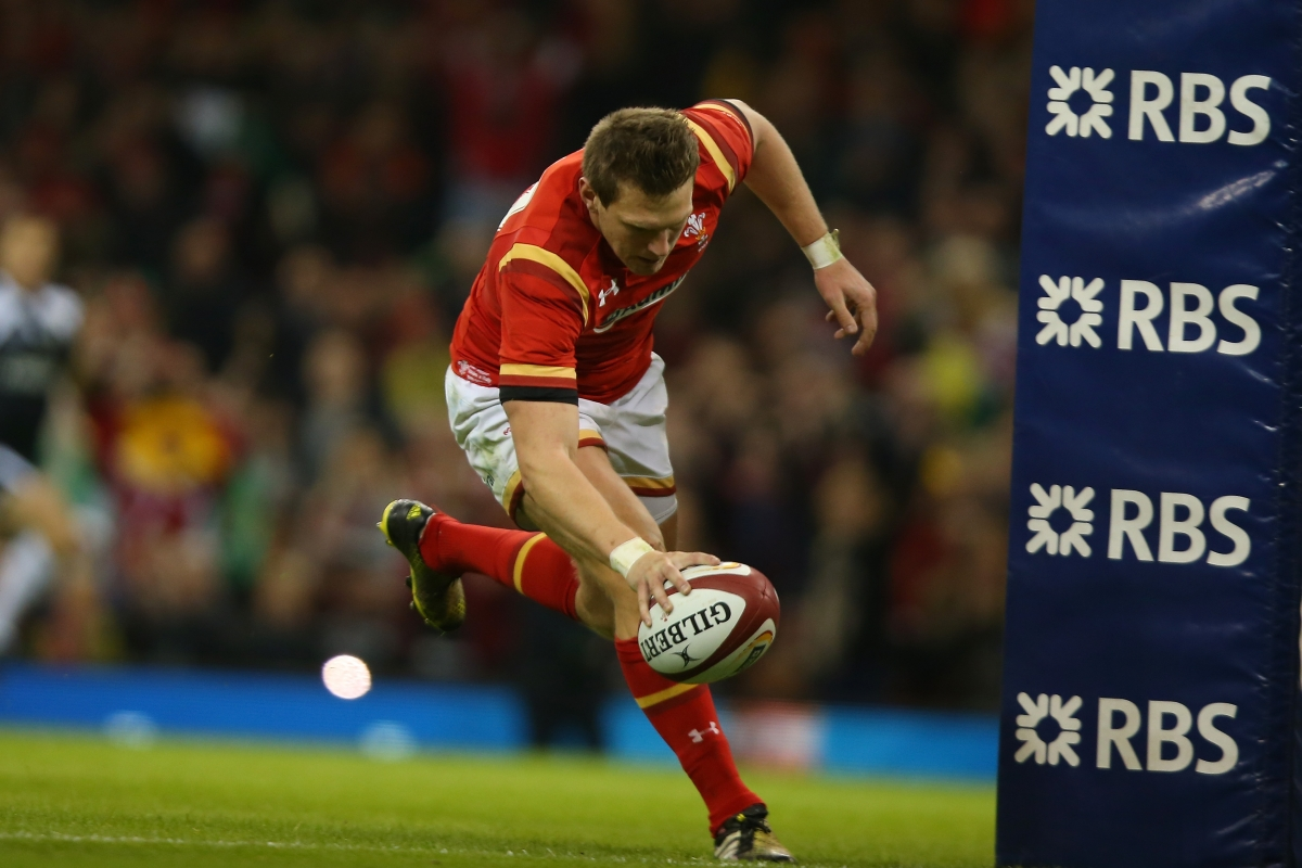 Dan Biggar scores a try in Cardiff