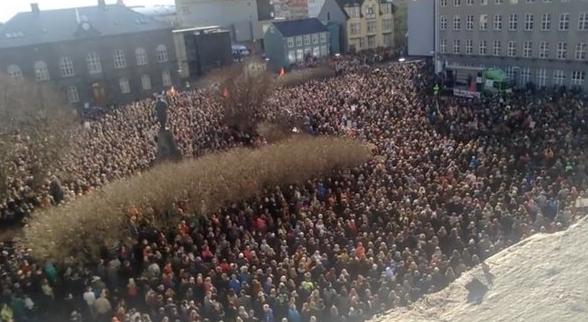 İzlanda: Binler Panama Vergi Yolsuzluklarını Parlamento Önünde Protesto Etti