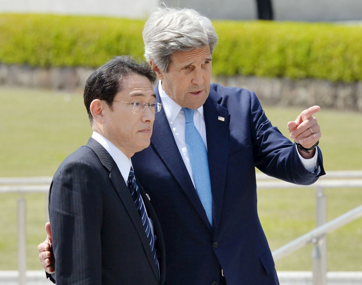 John Kerry visits Hiroshima memorial