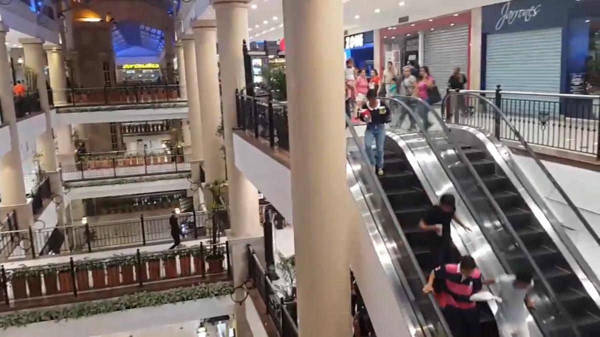 Ecuador Footage captures shopping centre chaos as