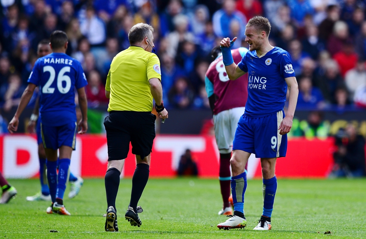 Jamie Vardy argues with Jon Moss