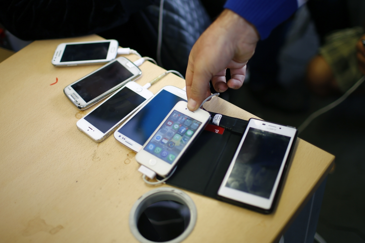 Charging Android and iOS smartphones