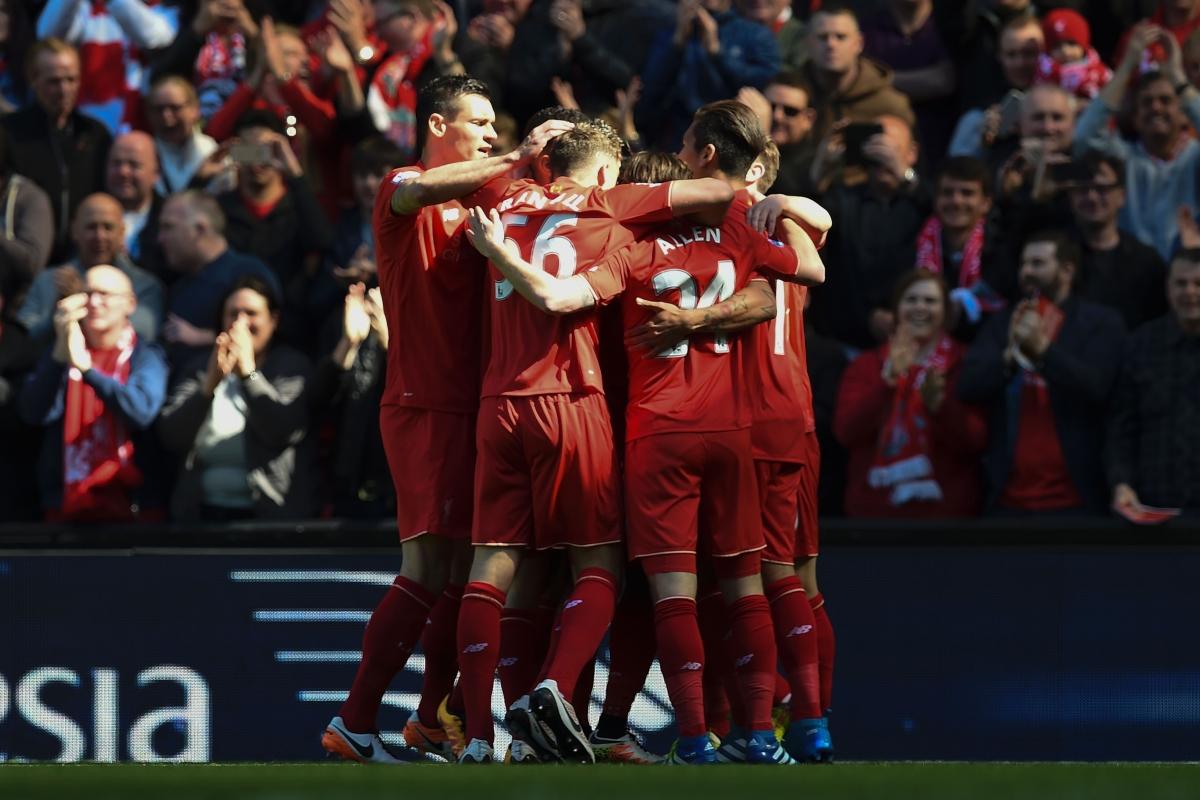 Liverpool players congratulate Sturridge